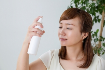 ナチュラルメイクは崩れが少ない場合が多いので、その場合はまずミスト化粧水を顔全体にまんべんなくかけて、ティッシュで水分と浮いたファンデーションをオフします。  ゴシゴシするとファンデーションが余計に崩れてしまうので、ティッシュを顔にそっと乗せて両手で顔を覆うように押さえるだけでOKです。