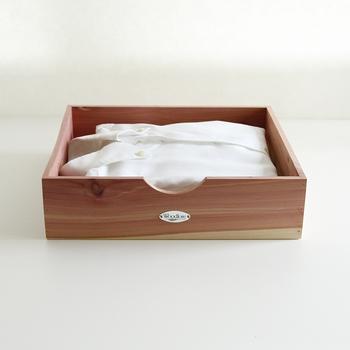 頻繁に袖を通すお気に入りの洋服は、木製ボックスに収納して、クローゼットの手前に置いておくと便利です。  収納ケースの上など、ちょっとした隙間に置いておけるので、スペースを有効活用できます。