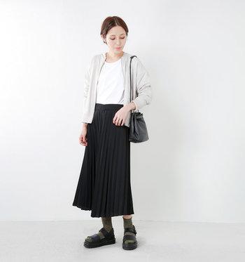 モードな黒のプリーツスカートには、白のトップスでコントラストを付けて。スパイスとしてラメの効いたソックスを重ねればお洒落度がアップします。