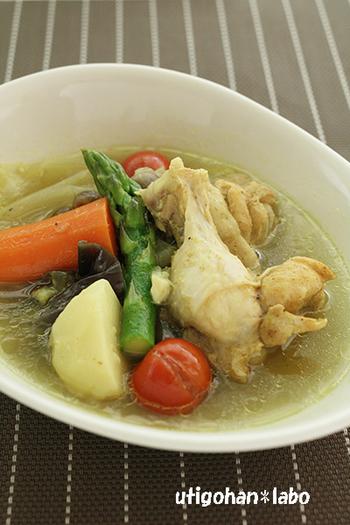 これからの季節にぴったり!アスパラ、トマト、ナス、夏野菜をたっぷり入れたシンプルな味付けのスープカレーはいかがでしょう! スープの素などを使わなくても、鶏手羽元とお野菜から、旨みがたっぷり溶け出します。 作り方も、圧力鍋に材料を入れたら加圧するだけととっても簡単!あとは余熱調理で待ちましょう!