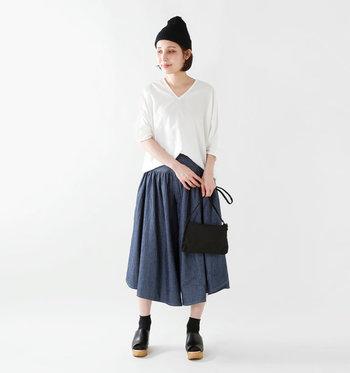 まるでスカートのようなワイドパンツ。シンプルなゆったりカットソーと合わせたら、あえてウェッジソールサンダルと同色のソックスを合わせ、足長効果を狙います。