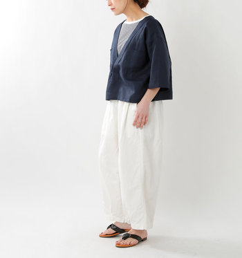 ネイビーのシャツにグレーのボーダーTを仕込んで、ちょっぴりスポーティに。ボトムには白のワイドパンツを、足元はぺたんこのトングサンダルを合わせると、リラックス感がプラスされいい表情のコーデに。