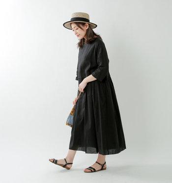 黒のふんわりワンピースは、パイピングの効いたカンカン帽と、細いストラップが女性らしい黒サンダルを合わせて、可愛さは控え目の大人なワンピーススタイルに!