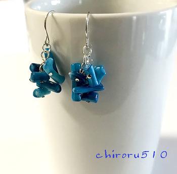青い珊瑚のようなビーズのハンドメイドピアス。きれいなターコイズブルーで白や黒などモノトーンなお洋服によく映え、コーディネートを彩ってくれます。