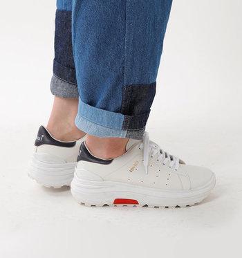 """ダッドスニーカーとは、""""DAD=お父さん""""を意味する通り、おじさんが履くような、靴底が厚く幅が広いボリューム感のあるスニーカーのこと。ダサかっこいい感じが逆に新鮮と、今注目を浴びています。"""