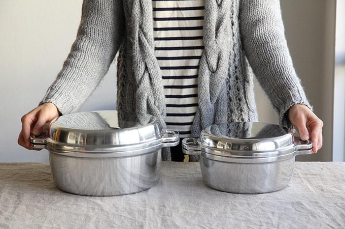 厚手でシンプルな見た目が頼もしい「無水鍋 KING」は、1953年の誕生以来、日本の家庭で愛され続けているアルミ合金鋳物のお鍋。直火だけでなくIHにも対応しているのも嬉しいポイントです!