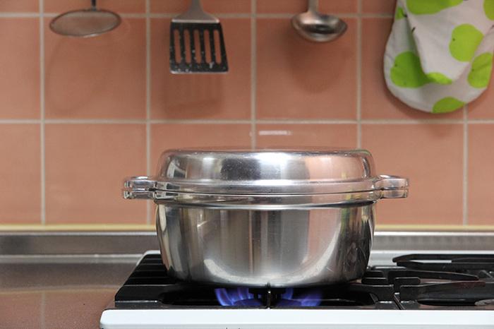 このお鍋、実は、かまど炊飯に使われていた「羽釜」をヒントにつくられたんだそうです。 熱伝導率に優れたアルミ合金と、保温性の高い厚手のボディ。蓋と本体がかみ合わさる部分に水分の膜をつくり、内部を密閉状態に保ちます。 「無水鍋」は、素材の水分だけで調理ができるので、その分、加熱時間も短く、素材の美味しさを最大限に引き出してくれるのが最大の特徴。