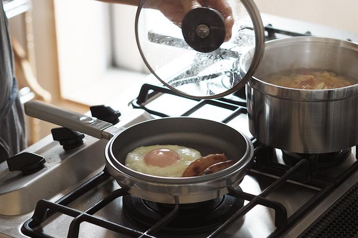 """さらに、このセットの魅力は組み合わせによって色々な調理がこなせるところ。 例えば、無水調理をしたいときは深鍋と浅鍋の組み合わせがおすすめ!味の染みた筑前煮や、水を使わずに作る無水カレーなどは絶品です。""""軽さと熱伝導の良さ""""は、一度使ったら、その使い勝手の良さに、毎日使うのが楽しくなるほどです。 保温力の高さを活かした余熱調理も得意なので、短時間で食材に火を通すことができ、忙しい毎日のキッチンライフが快適に…。"""