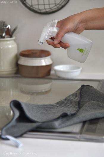 キッチン掃除で大活躍のキッチンクロスは、ぜひ使い勝手を重視して選びましょう。例えばこちらのブロガーさんお気に入りクロスは、水だけで汚れがすぐ取れる優れものです。これなら洗剤の残りを気にする必要が無く、気軽に拭き掃除できます。