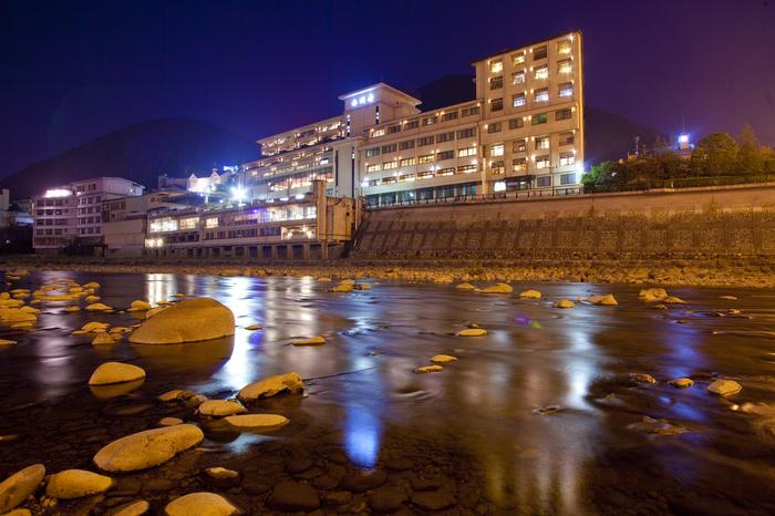 「水明館」と同じく、「小川屋」も飛騨川を望む絶景のロケーションに佇む老舗温泉旅館です。