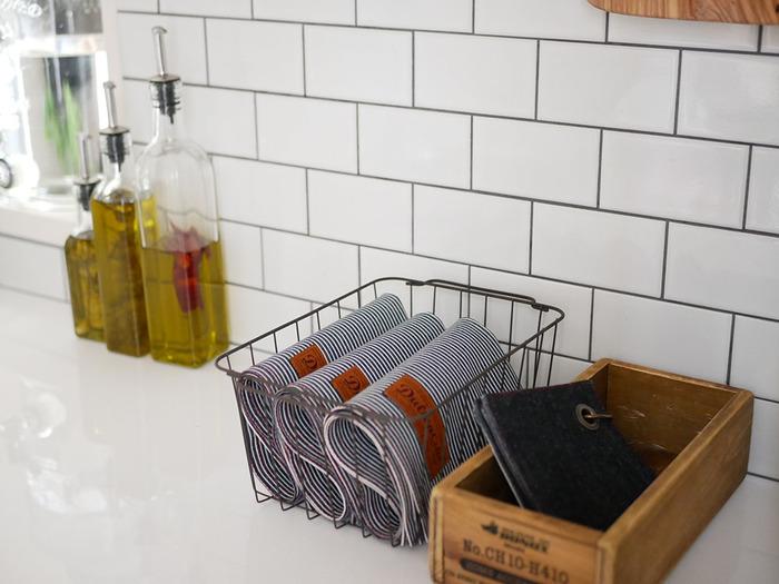 使わなくなったカゴや箱なども立派な収納グッズに。ざっくりとしたワイヤーバスケットや木箱も雰囲気のあるインテリアをつくってくれます。
