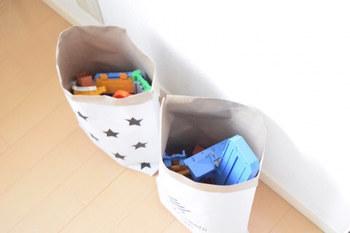 ごちゃごちゃとしがちなお子さんのおもちゃも、100円ショップのペーパーバッグにまとめればインテリアにマッチしますね。