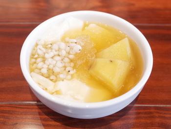 豆花はトッピングによって1号から5号まであり、さらにトッピングをプラスすることができます。人気なのはハト麦とサツマイモがトッピングされた「豆花2号」。甘さ控えめのシロップで、さつまいもの甘さが引き立ちます。