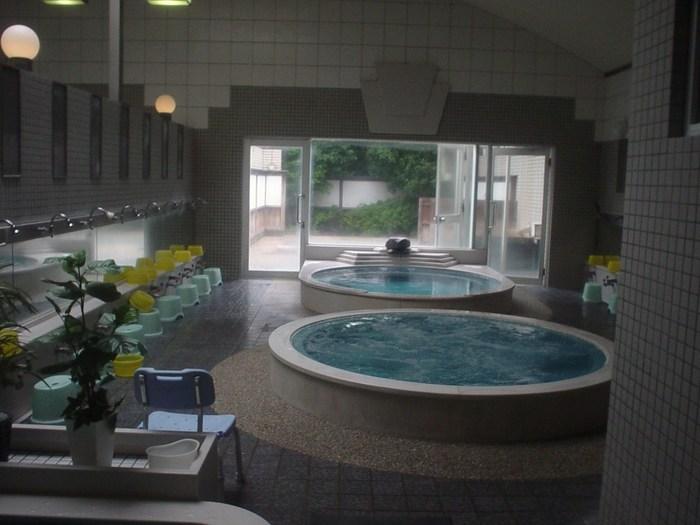 タイル張りの空間、そして、真ん中に配された大きな円形風呂・・!人がいなければ、思わず写真におさめたくなりませんか。  そして、共同浴場ながら、ハイドロ風呂、水風呂、打たせ湯、サウナ、そして、露天風呂までも楽しめます!もちろん、下呂温泉の湯なので、美肌の泉質効果でお肌つるつるに。大人370円という料金を考えると、とってもお安いですよね。