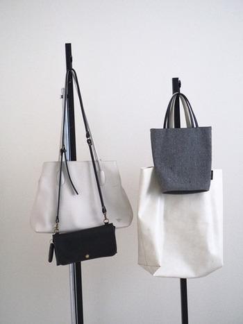 同じようなサイズのバッグばかり持っていませんか? 大、中、小のサイズ別に一つずつあれば、たいていは事足りるものです。オンもオフも共用できそうなものを選んで、バッグの数をスリム化しましょう。