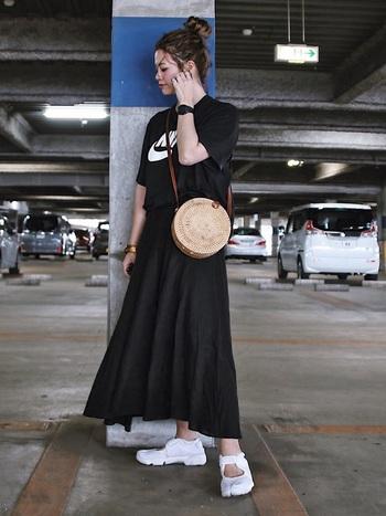 黒Tシャツでもロゴ入りのものを選ぶだけで、スポーツミックスコーデが完成。個性の光る白スニーカーを素足で履いて、夏らしさも忘れずに。