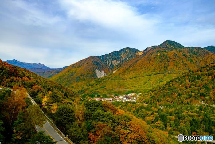 まわりには槍ヶ岳・穂高連峰・乗鞍岳、岐阜県の笠ヶ岳など・・・北アルプスの山々や大自然に囲まれている「奥飛騨温泉郷(おくひだおんせんごう)」。  これらは登山で人気の山々ということもあり、夏のシーズンになると、「奥飛騨温泉郷」には観光客だけでなく、登山好きの方も疲れを癒しに、多くいらっしゃいます。