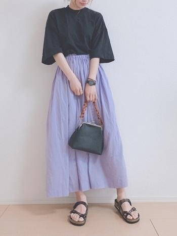 優しい雰囲気のラベンダー色のギャザースカートは、黒のTシャツに合わせれば、ぼんやりとした印象になりません。小物も黒で統一して、スカートの色味をより楽しんで。