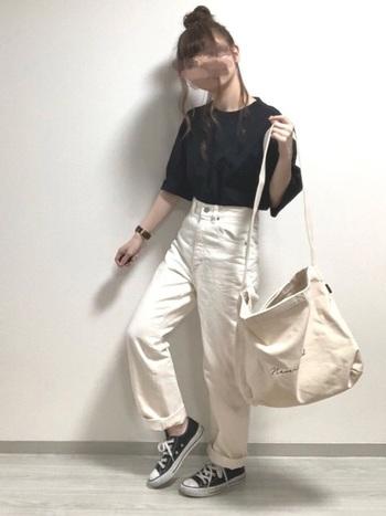 黒のTシャツに白のパンツを合わせた、潔いモノトーンコーデ。白の面積が多いので、黒のTシャツでも爽やかに決まります。