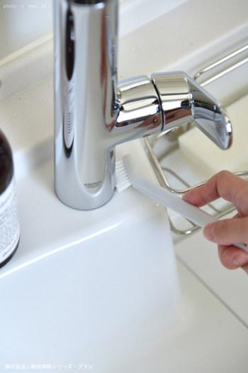 気になる蛇口や排水溝の汚れは、ブラシを使って細かい部分まで丁寧に磨きましょう。こちらのブロガーさんが使っているのは、無印の隙間掃除シリーズ。プチプラで使い勝手が良いと話題の商品です。