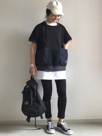 黒Tシャツに黒のボトムを合わせるなら、インナーに白を仕込んで、チラ見せが◎。少し白が入るだけで、バランスよく爽やかに仕上がります。