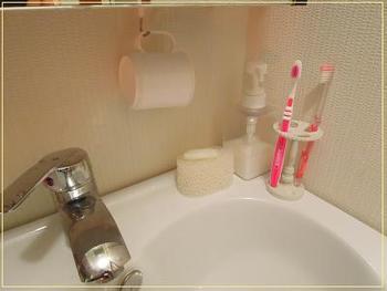 洗面台のまわりはこまごましたものが多くなりますね。ごちゃごちゃしていると掃除も一苦労。こちらのお宅では、手洗いの石鹸を石鹸皿でなく、無印良品の柄つきスポンジの替え用の上に置いています。これなら、洗面台を洗うこともできますので一石二鳥。また、コップを吊るして収納していますので省スペースで清潔に保てます。