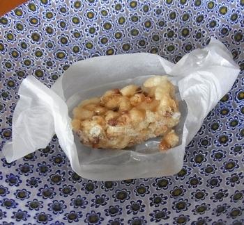 おこしの味は「蕎麦の実」「生姜」「大徳寺納豆」の三種類。ユニークな素材と香ばしい糒(ほしい)を組み合わせた、歯ごたえの良い一品です。それぞれの旨味や風味が活かされ、後を引く美味しさです。