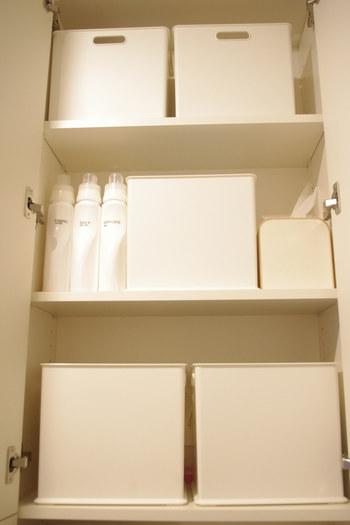 ニトリの白いボックスは、深さも容量もあるので、シャンプーや洗剤のストックなどをしまうのに便利。同じアイテムでそろえれば印象もすっきりしますし、ラベル付けすれば中身もすぐ分かります。