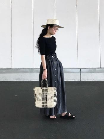 夏の上下黒コーデには、かごバッグやストローハットで軽さを出して。鎖骨のラインが綺麗なTシャツなら、全身黒でもフェミニンに。