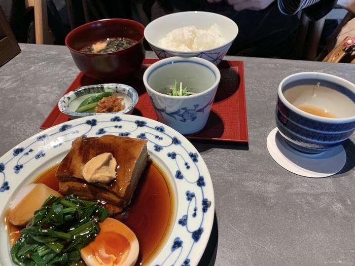 圓のお店で名物となっている「豚角煮」の特選定食。味噌汁と小鉢が付いており、しっかり味が染みた豚肉は絶品です。この角煮を使ったラーメンも限定15食でいただけますよ。