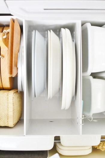 引き出し内でも立てる収納は役立ちます。重ねる収納に比べて食器をワンセットごとに取り出しやすいですし、フライパンも片手でサッと取り出せてスマートです。こちらのブロガーさんも、無印良品のファイルボックスやアクリルスタンドを駆使して、便利な収納にしていますね。