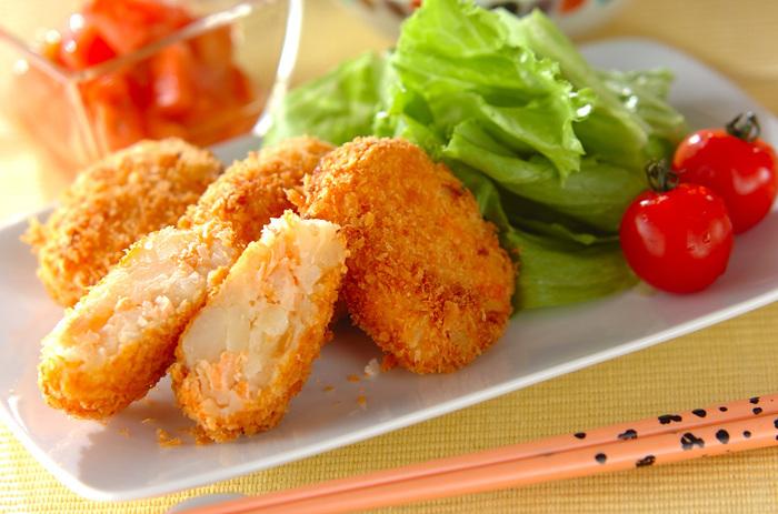 旨味たっぷりの甘塩鮭で作る「鮭コロッケ」。鮭はレンジで加熱してからほぐします。かくし味のマヨネーズでクリーミーな仕上がりに!鮭の風味とホクホクのじゃがいもを楽しめるレシピです。