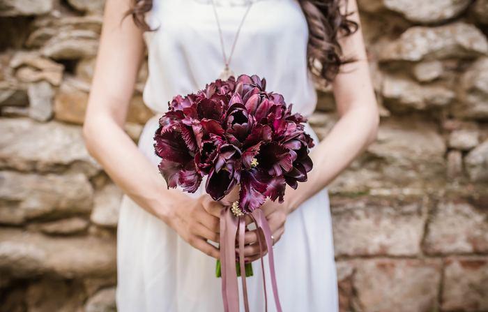 最近の結婚式は自由に、さまざまな形で行われるようになりました。ホテルで披露宴をする場合と、ガーデンウェディングをする場合では、ドレスの選び方が変わってきます。ただかわいくて着たい服を着るのではなく、ロケーションやテーマに合わせたドレスを選ぶことで「美しく、シンプルな大人のウェディング」になります。次の章では、ロケーション別の大人ウェディングスタイルを紹介していきます。
