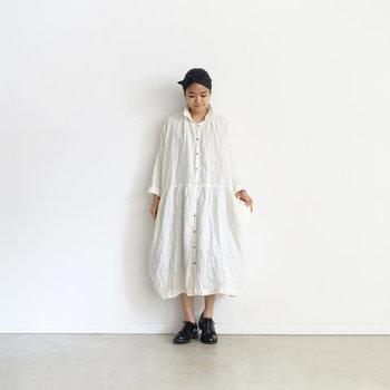 キナリノでもお馴染みのブランド「ichi Antiquites(イチアンティークス)」定番のシャツワンピースです。リネン特有の自然なシワ感がニュアンスあるスタイルを作り上げてくれます。