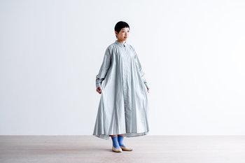 初夏にふさわしい爽やかで淡い色合いのブルーグレー、鮮やかなのに上品なサックス、しっとり落ちついたネイビーの3色展開です。前開きタイプは、羽織りとしても◎