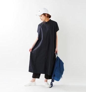 コンパクトな襟がマニッシュな雰囲気に。スポーティなスタイリングも都会的にまとまります。