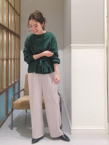 オフィスカジュアルの基本を押さえながら、デザインや差し色、小物選びで個性をプラスすると自分らしいファッションを楽しめます。