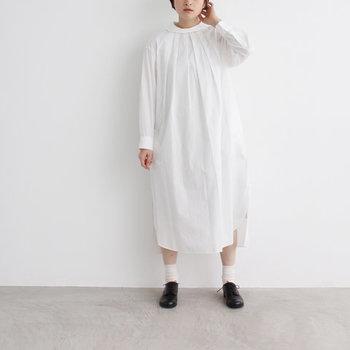 ドレスシャツに使われる細番手の素材を使った「yuni(ユニ)」のワンピース。特徴的な丸襟とコクーンシルエットが、1枚で主役級のアイテムです。
