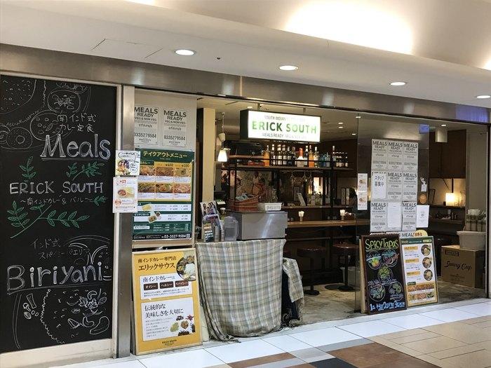 """様々なジャンルの飲食の中でも、最近特に人気を博し、店舗数を伸ばしているのが、""""スパイスが魅力""""のカレー専門店や、インドやネパールといった南アジア圏の料理店です。 【東京駅八重洲地下街(八重洲地下二番通り)にある、人気インド料理店「エリックサウス八重洲店」】"""