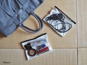 片面がクリアになったスライダーケースを使うと、細々したメイク道具も見やすく&すっきりと収納できます。旅行の際にはこちらのブロガーさんのように、PC関連グッズもまとめてバッグに携帯できますよ◎。メイクアイテムや小物の収納でお悩みの方は、見た目もおしゃれに収納できるスライダーケースを取り入れてみませんか?