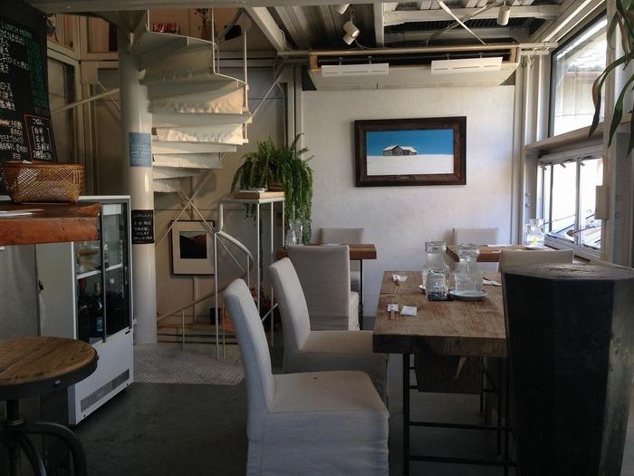 店内は、白を基調とした明るい雰囲気。客席は3階まであり、各階を螺旋階段がつなぎます。おひとりさまでも入りやすいですよ。テーブル席やカウンター席、テラス席などいろいろな席が用意されているので、何度来ても楽しめます。