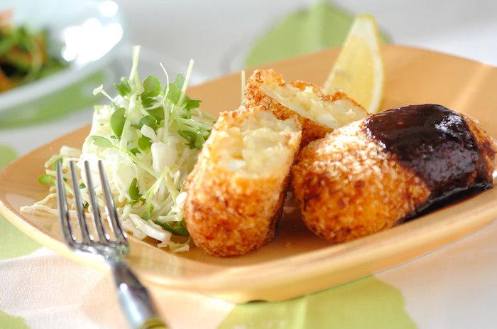 ホタテのフレークと貝柱がゴロゴロ入った、ぜいたくな「ホタテのコロッケ」。生クリームとピザ用チーズで、とろーり濃厚な味わいを楽しむことができます。特別な日のメニューにもおすすめです。