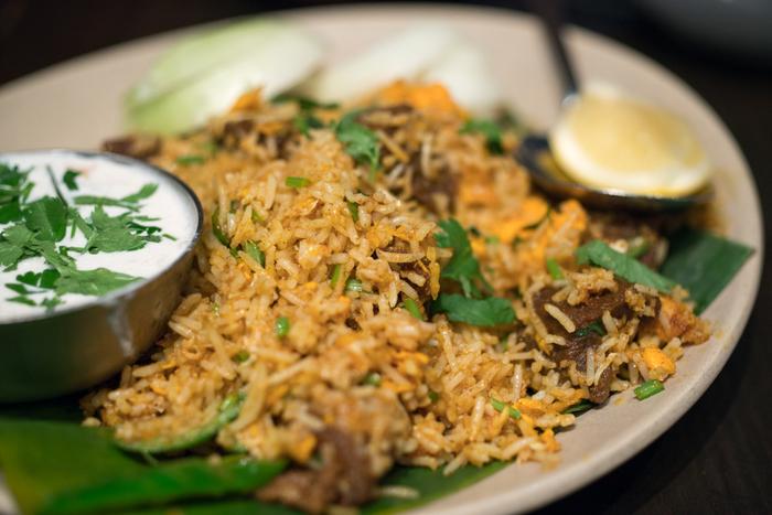 屈指の人気を誇る当店の魅力は、一つ一つの料理のレベルが高いこと。スパイス使いも、素材の活かし方も、味わいも素晴らしく、店のサービスにも定評があります。【ヨーグルトのサラダが付いた『マトンビリヤニ』は、パラパラとした米の食味、辛味と旨味が印象的。ボリューム満点で美味いと人気の逸品。】