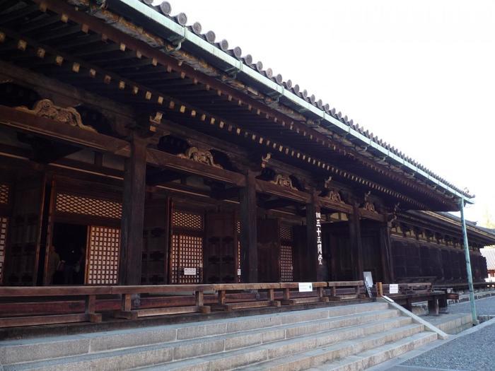 千体千手観音立像は、とても気高く美しいお顔をされています。そして、その中に必ず自分の会いたい人に似た像があるのだとか。とても貴重な仏像が多く安置されている三十三間堂。ゆっくりと時間をとって拝観したいお寺です。