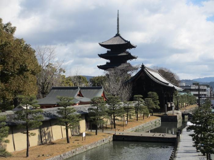 京都のシンボルとしても有名な、東寺の五重塔。新幹線からも目にすることができるため、印象に残っている方は多いのではないでしょうか。  春は桜、新緑の季節には青々とした木々、秋には紅葉、冬には雪景色が美しい境内。心が清められていくような清々しいお寺です。