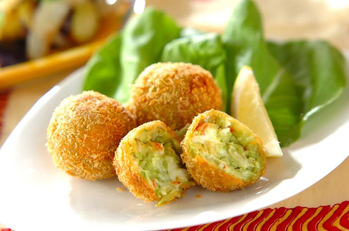 アボカドとクリームチーズが入った「ひとくちコロッケ」は、カニ風味カマボコの旨味も味わえるレシピです。トロッとした食感と彩り豊かなコロッケは、おもてなしにもピッタリですね。