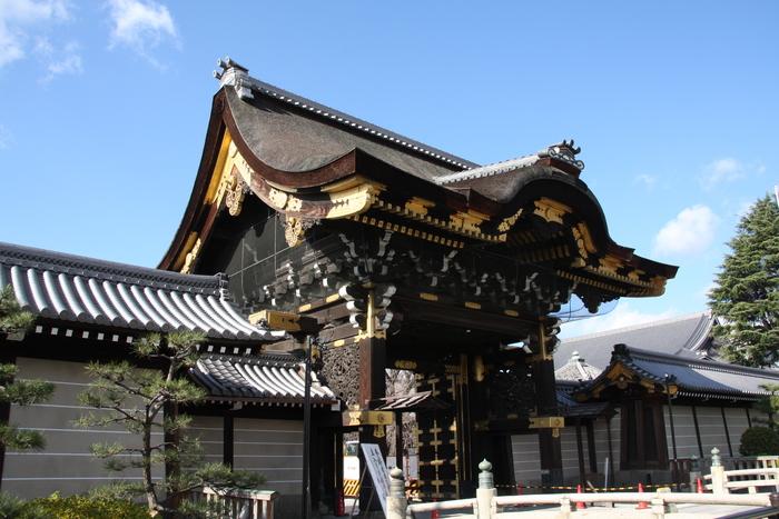 浄土真宗本願寺派の本山である西本願寺。唐獅子や虎、麒麟や孔雀など桃山建築の美を極めた「唐門」や通常は非公開の「飛雲閣」などは国宝に指定されています。