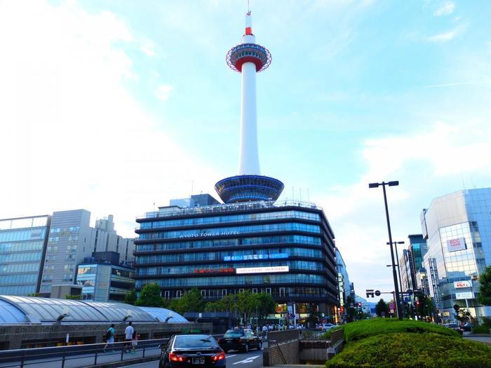 京都駅の目の前、古都を一望できるランドマークが「京都タワー」。地上100mの展望室からは、天気が良い日には大阪まで望むことができます。  タワー内には、おみやげ屋さんや飲食店なども並び、とても楽しい雰囲気。マスコットキャラクターのたわわちゃんも、ほっこりとする可愛さです。