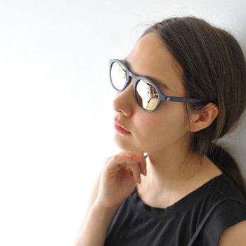 紫外線やまぶしさを防止することを目的にするなら、ミラーコーティングされたサングラスを。機能性・ファッション性を兼ねたデザインは、夏に限らず1年中愛用できます。