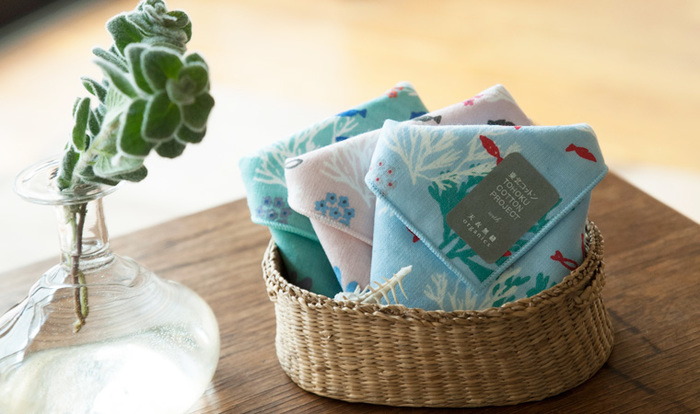 夏らしく涼やかでかわいい柄に、東北への想いが込められている「東北コットン」を使用したタオルハンカチ。東日本大震災の津波により稲作が困難になった地域で綿花の栽培に取り組み、製品化することで復興をめざすプロジェクトです。